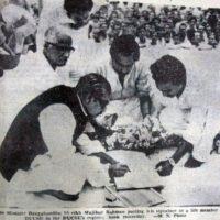 মে ১৯৭২ঃ ডাকসুর আজীবন সদস্য পদের ডকুমেন্ট এ স্বাক্ষর করছেন জাতির পিতা শেখ মুজিব